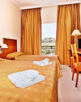 Τρίκλινο δωμάτιο με  θέα τον κήπο / βουνό